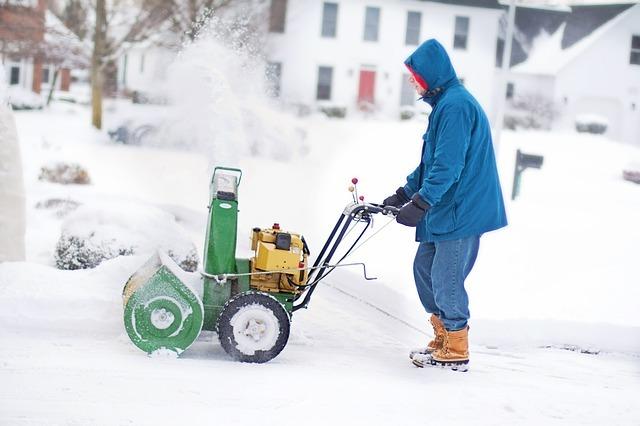 Práce se sněhovou frézou na kolech