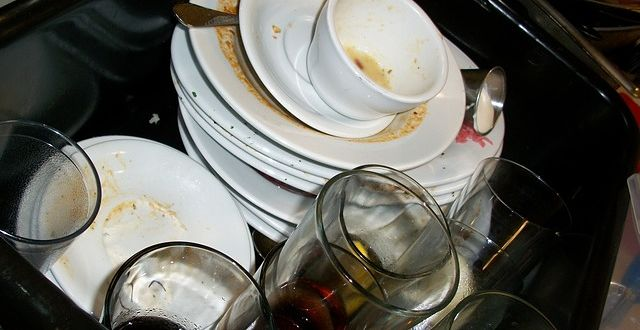 Špinavé nádobí patří do myčky