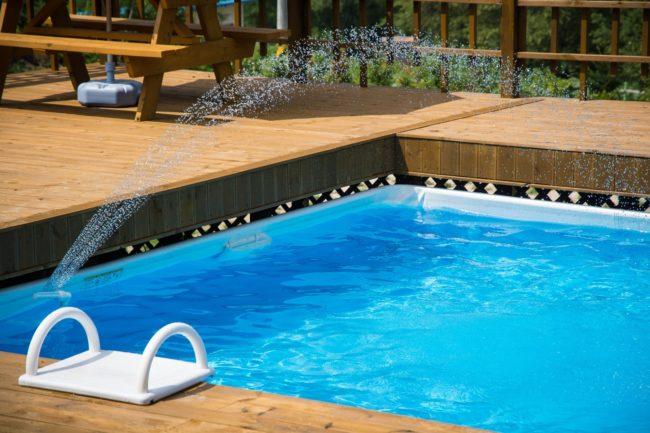 jak vybrat solárni sprchu k bazénu