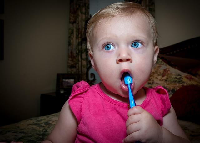 kdy začít čistit zuby dětem