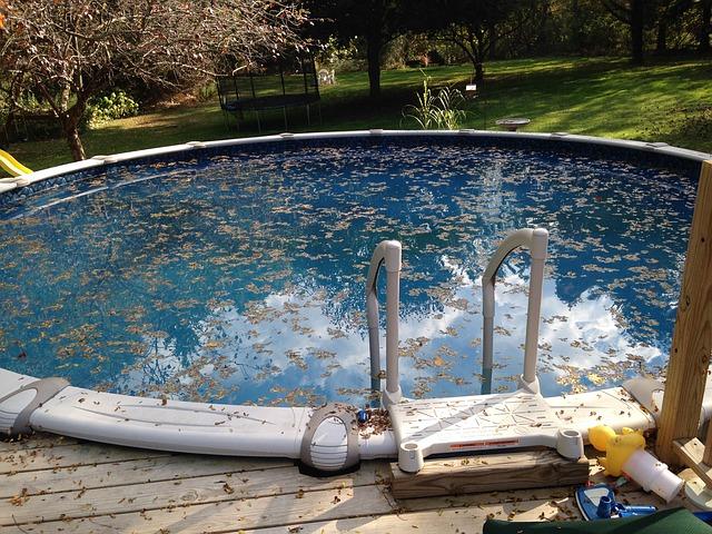 nečistoty v bazénu