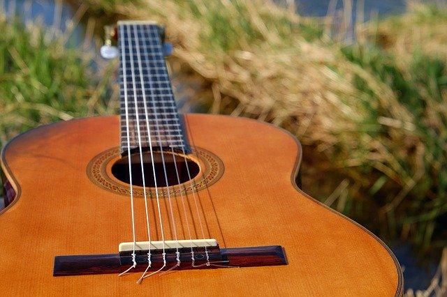 akustická kytara pro začátečníka