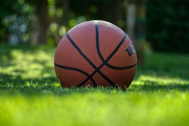 jak vybrat míč na basketbal