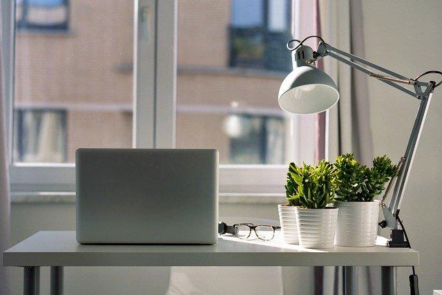 jak vybrat stolní lampu