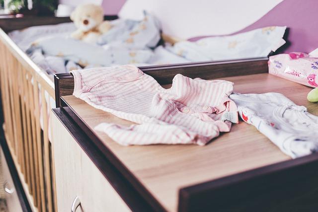 Přebalovací pult a postýlka - základ vybavení pro miminko