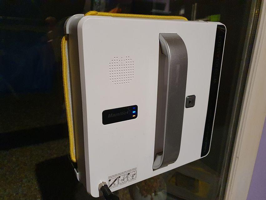 Mamibot W120 robot na okna při práci